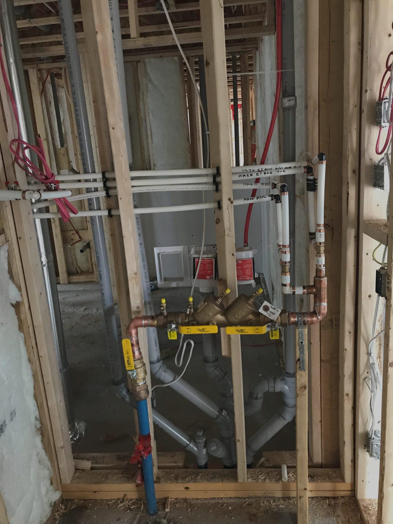 Installation de la plomberie dans une maison neuve
